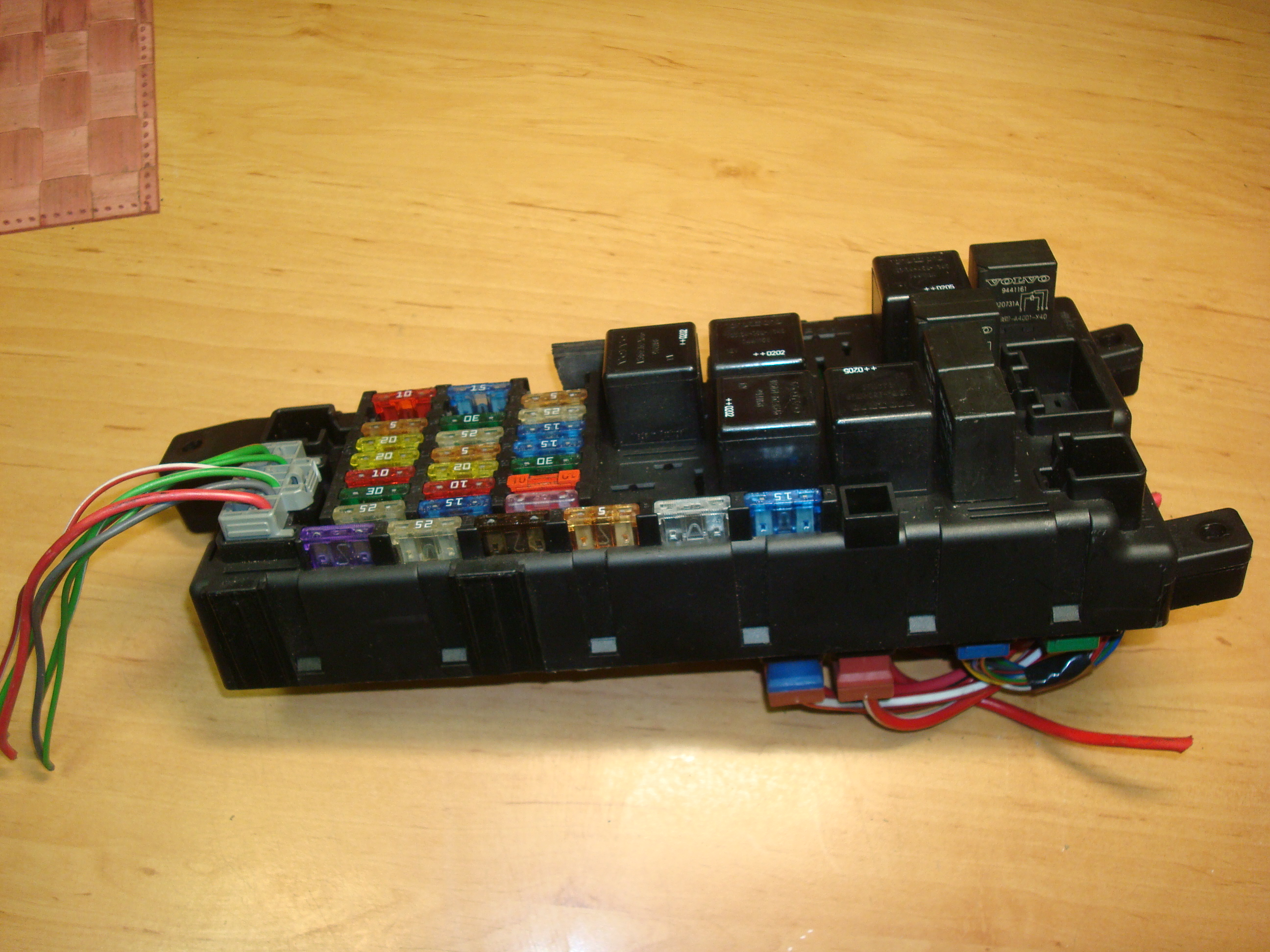 Volvo S60 V70 24 D5 00 06 Fuse Box 8637841 518717004 Article