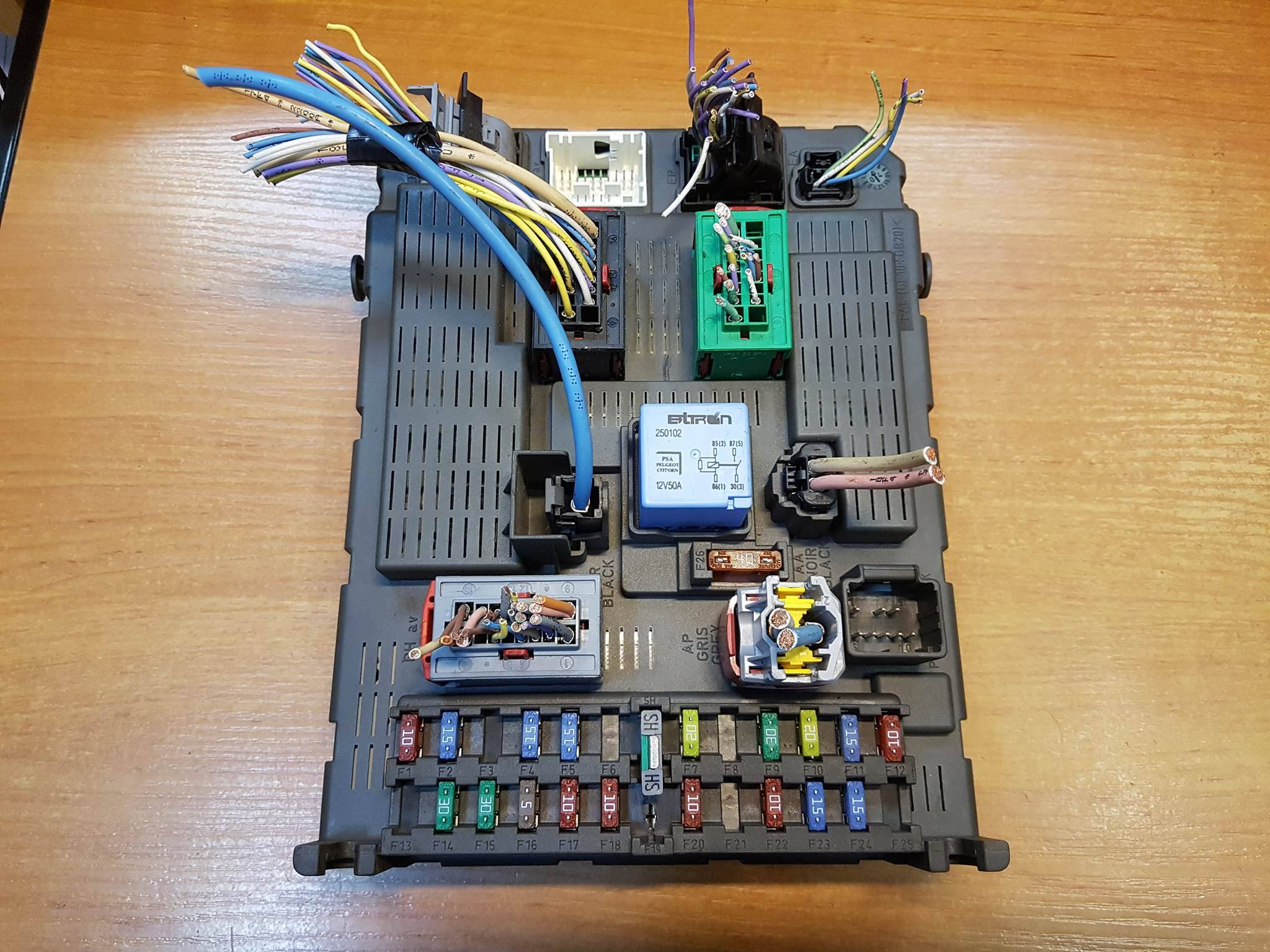 Peugeot Citroen Fiat 22d Ecu Fuse Box 1499703080 Opel Astra 99 Article