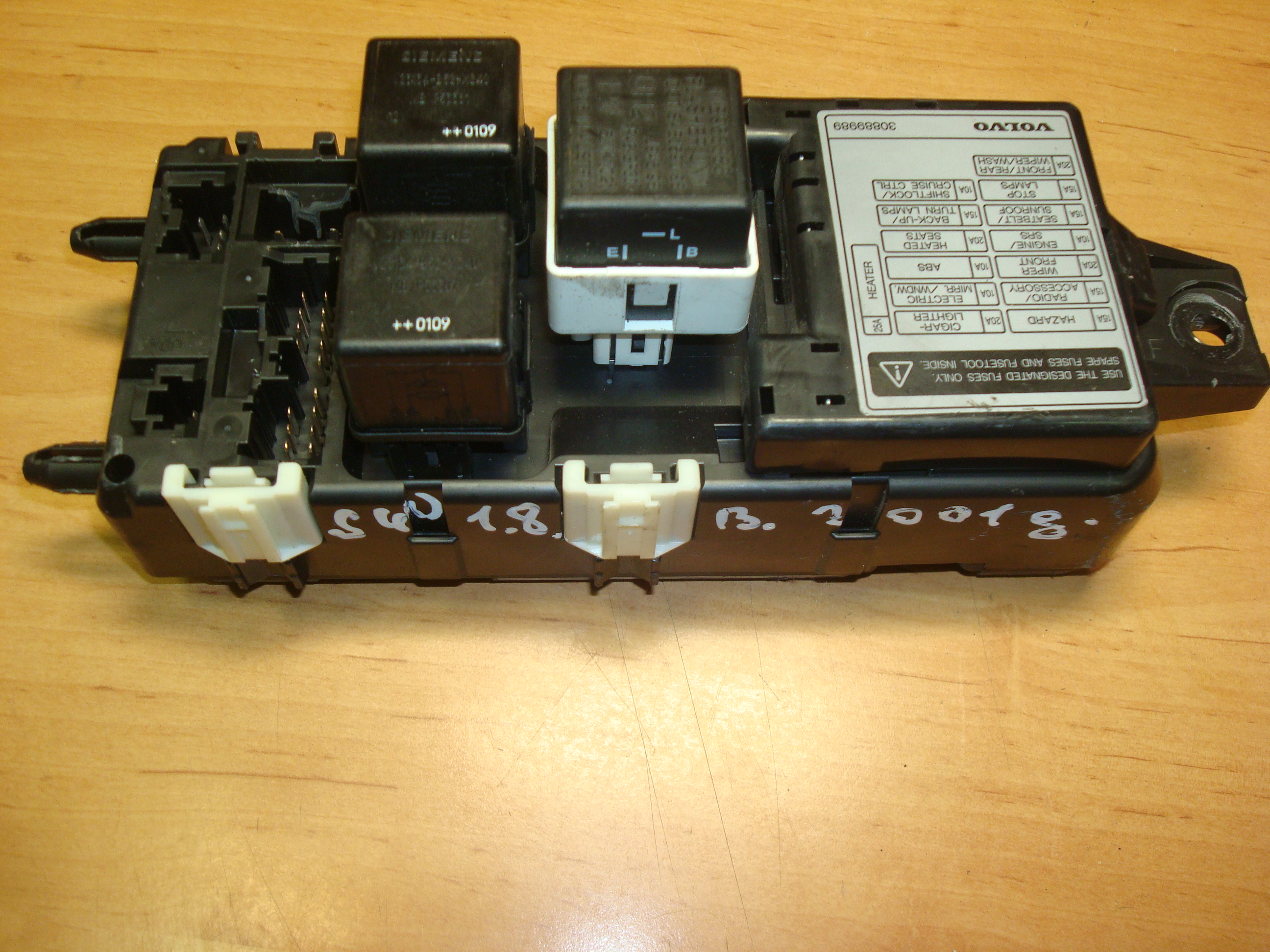 VOLVO S40, V40, 96-04, FUSE BOX RELAY, VOLVO FUSE BOX RELAY (Article:  30889989, MB953383)